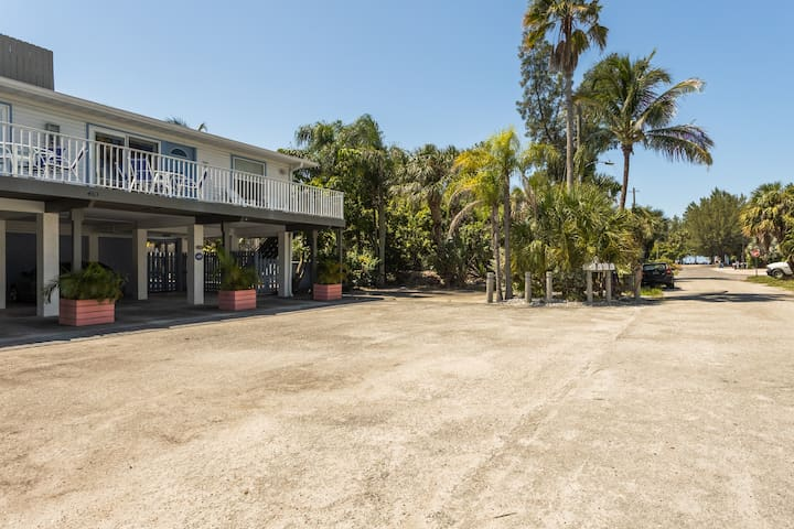 Beautiful dead end location for peace and quiet but convenient central location and only a few steps to get your toes in the sand (road on the right leads straight to the beach!)