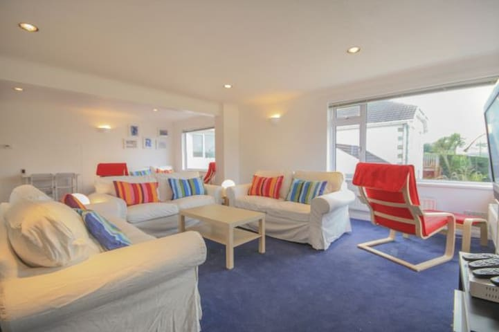 Beach House, sleeps 7-9 in Polzeath with Sea Views - Polzeath - Ház