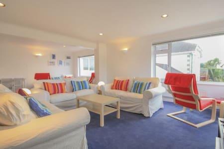 Beach House, sleeps 7-9 in Polzeath with Sea Views - Polzeath - Casa
