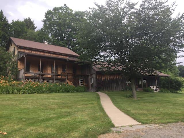 Beautiful Farmhouse Getaway near Elk Mountain