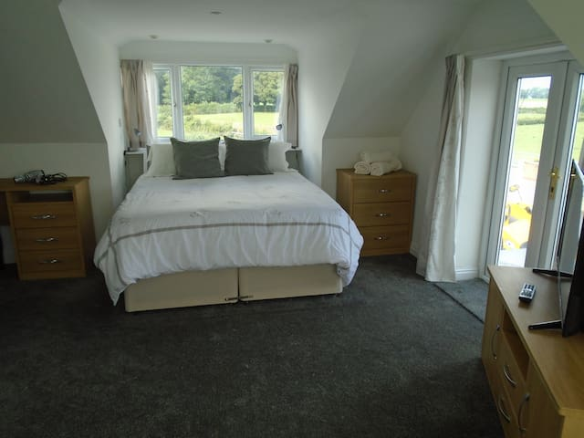 main on suite bedroom