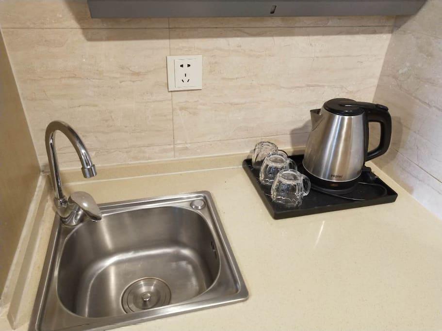 三个干净的杯子,一个热得快电水壶