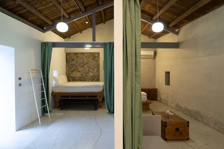 臥室在同個空間下有兩側其中一側有沙發可使用