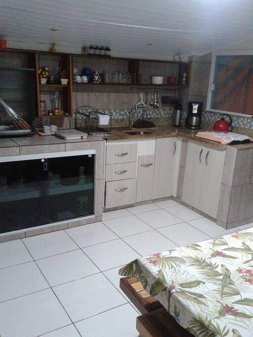 cozinha com churrasqueira elétrica,cafeteira.