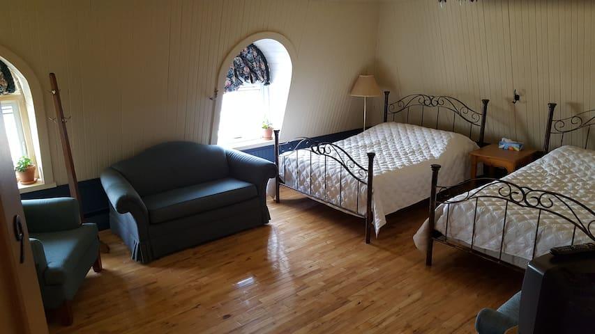 Chambre avec deux lits doubles au Manoir St-André