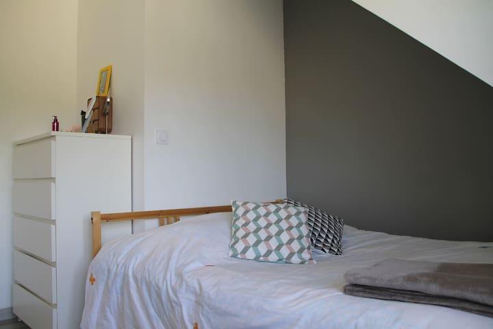 Chambre, grise - La Roche-Bernard - Apartment