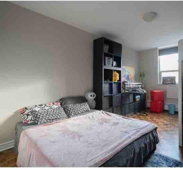 1 bedroom w/mini fridge& micro Sitting area&desk