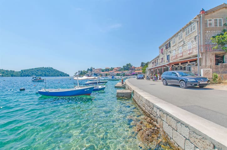 Two Bedroom Apartment, 200m from city center, seaside in Brna - island Korcula