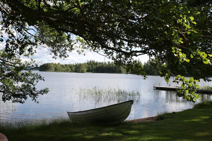 Strand med båt