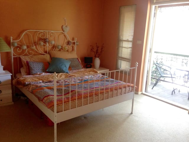 Huge room in prime location with own Balcony - Paddington - Flat