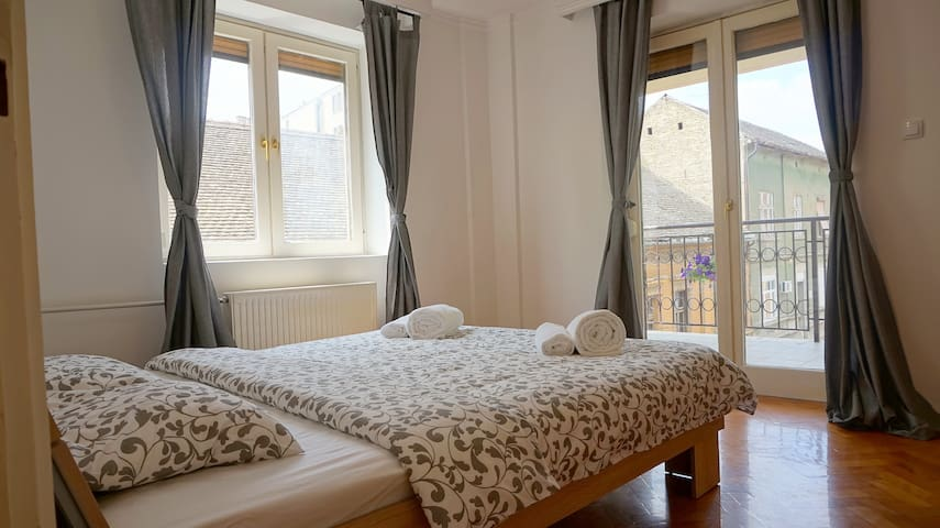 Central 65 sq. m apartment, free parking