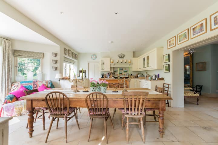 Elegant Stylish Cotswold country home - sleeps 8
