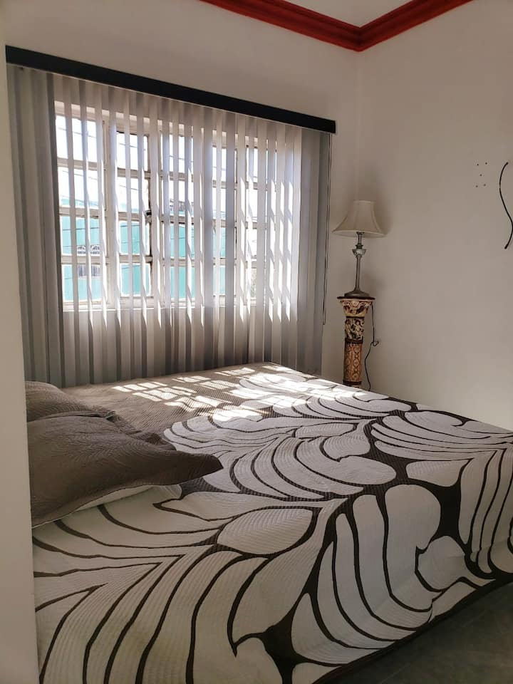 Confortable y limpia habitación disponible