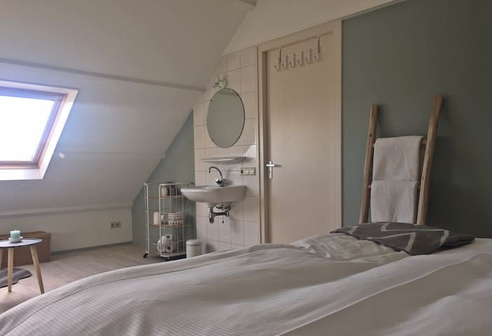 Lichte kamer in hartje Den Burg - Den Burg - Apartment