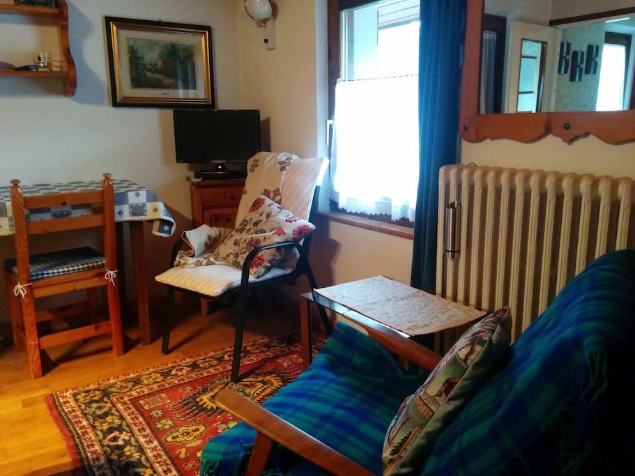 poltroncine, tv e scrivania