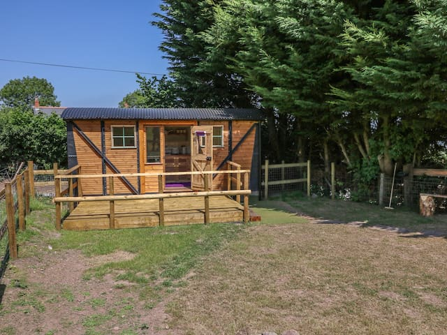 RAILWAY CARRIAGE, pet friendly, with open fire in Govilon, Ref 980941