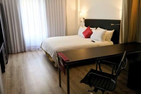 Cama y escritorio de habitación