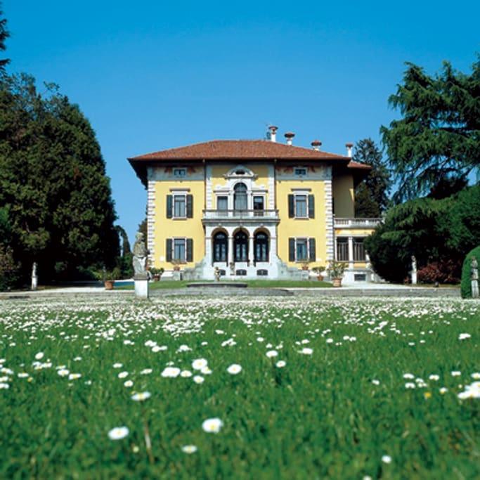 villa miotti de braida red room castles for rent in. Black Bedroom Furniture Sets. Home Design Ideas