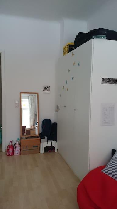 Kleiderschrank und Spiegel