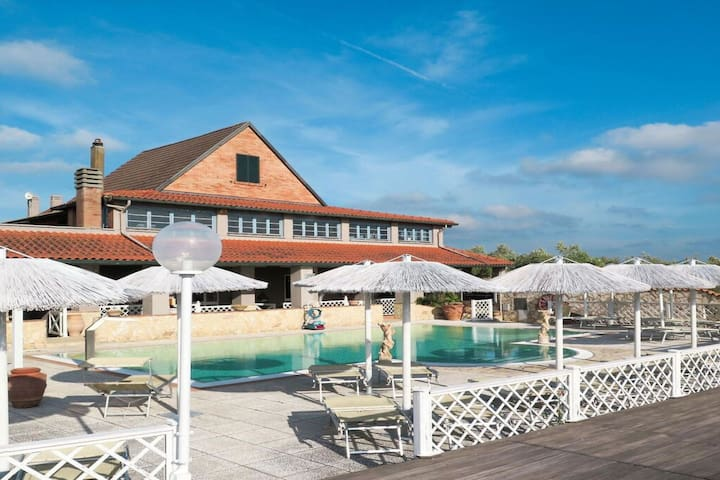 Dit mooie vakantiehuis ligt op een gastvrij resort met zwembad in het Italiaans