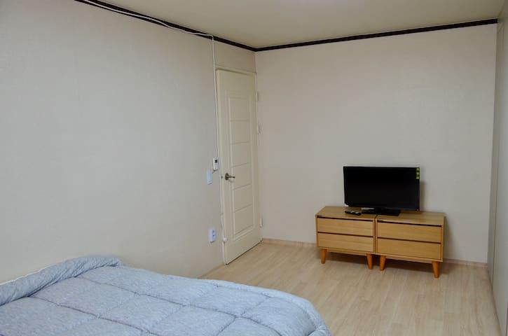 """퀸베드룸-안방/제일 큰방 입니다. 퀸베드,벽걸이 에어컨, 32""""TV 있습니다."""