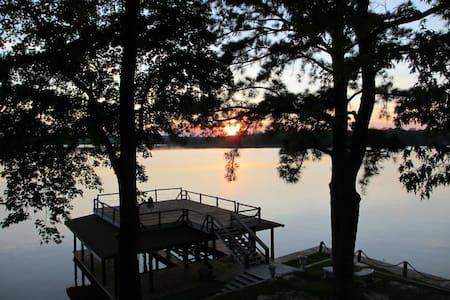 Thomas Paradise on Lake Livingston - Pointblank - Talo