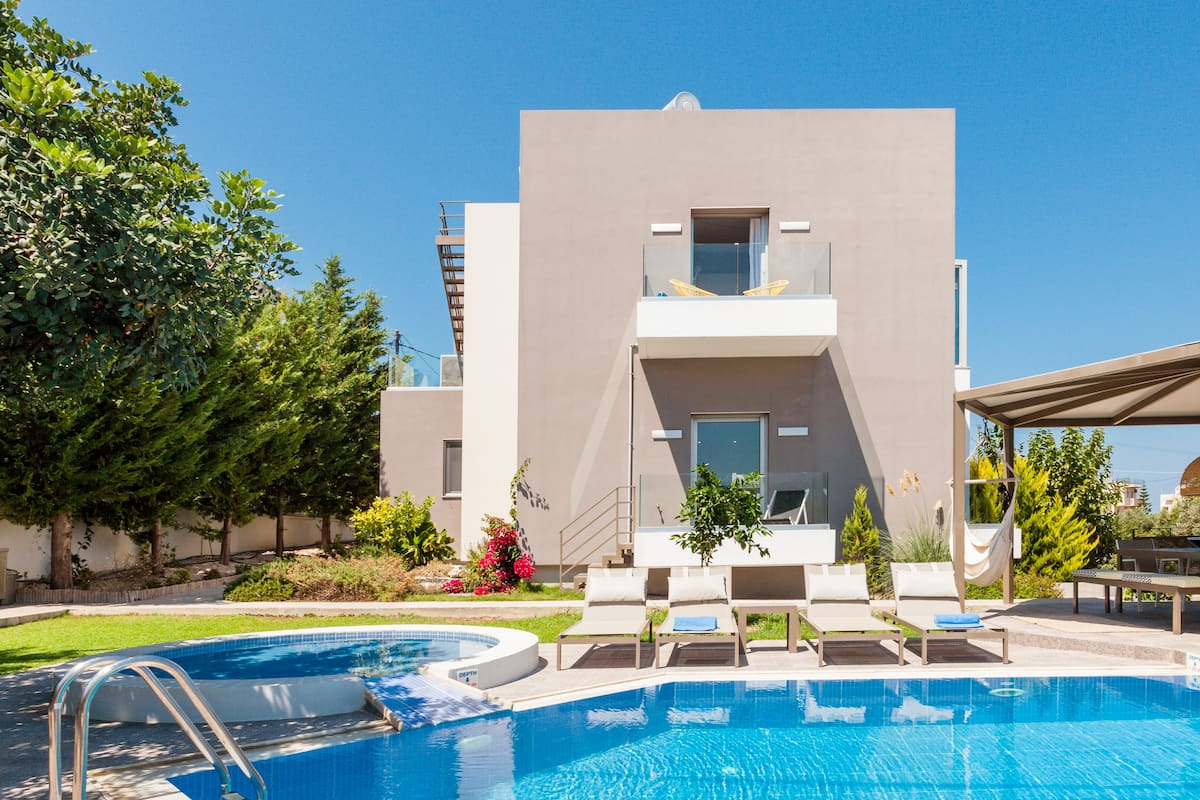 Luxury Family-Friendly Villa with Floor-to-Ceiling Windows