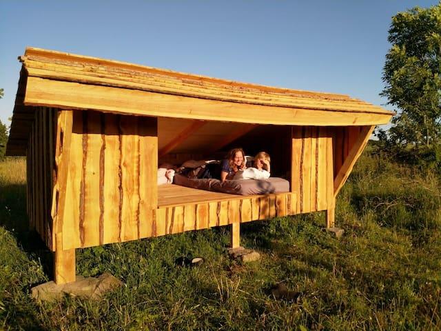 Shelter i naturen og adgang til køkken og bad.