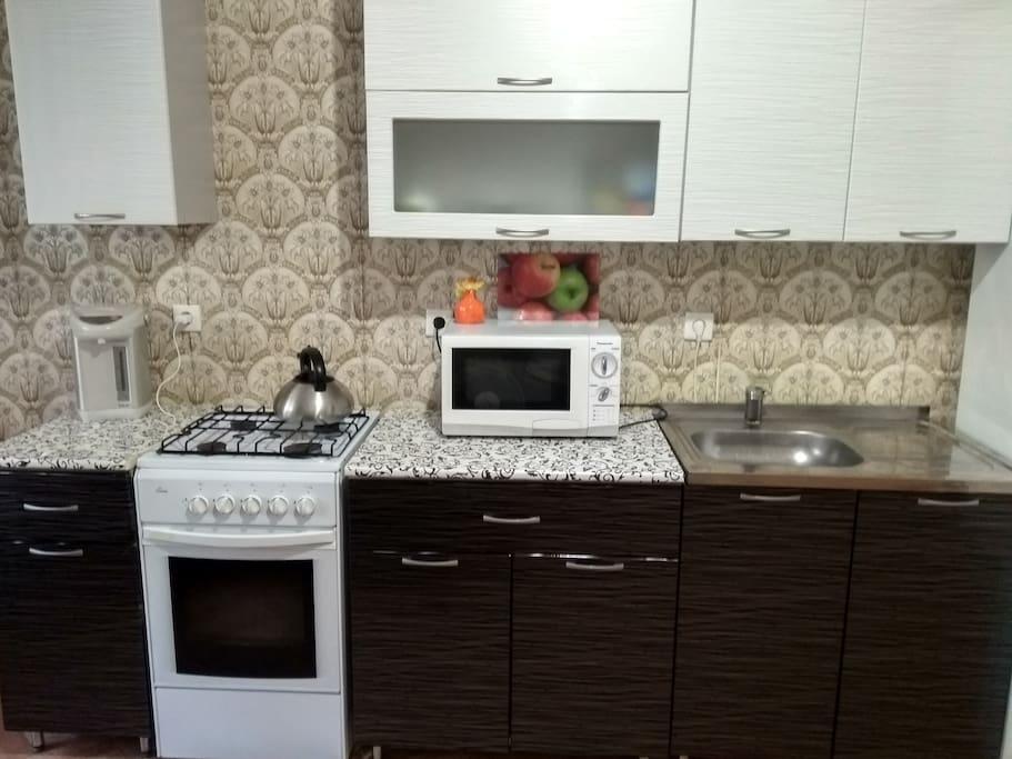 Кухня (СВЧ, холодильник,термопод,чайник,кухонная утварь)