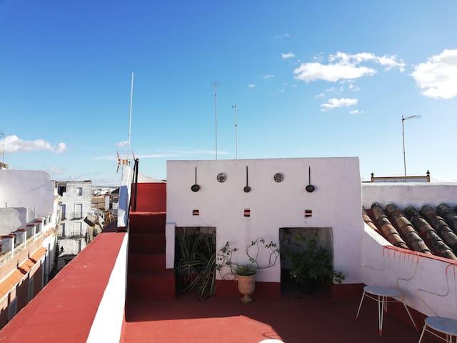 Habitación roja. Casa con terraza.