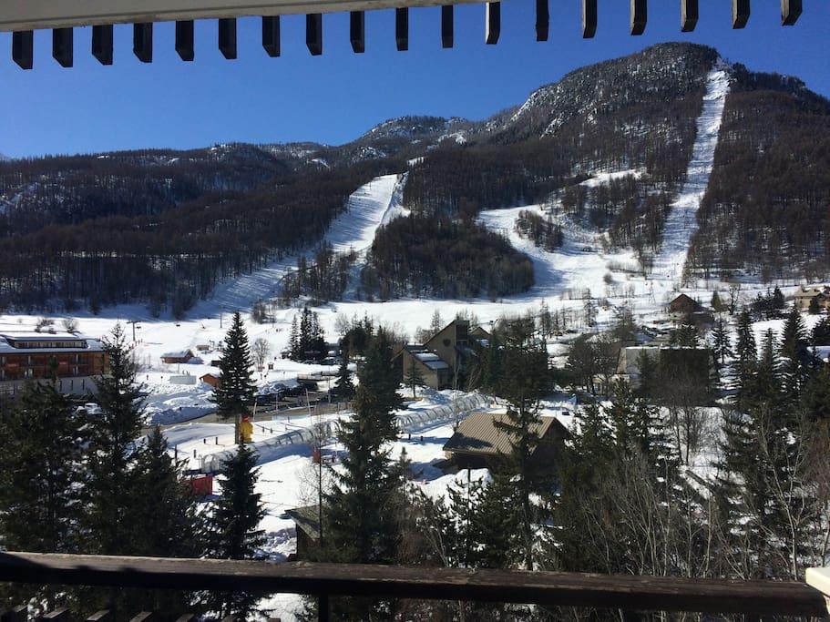Superbe vue sur les pistes depuis la terrasse en hiver !