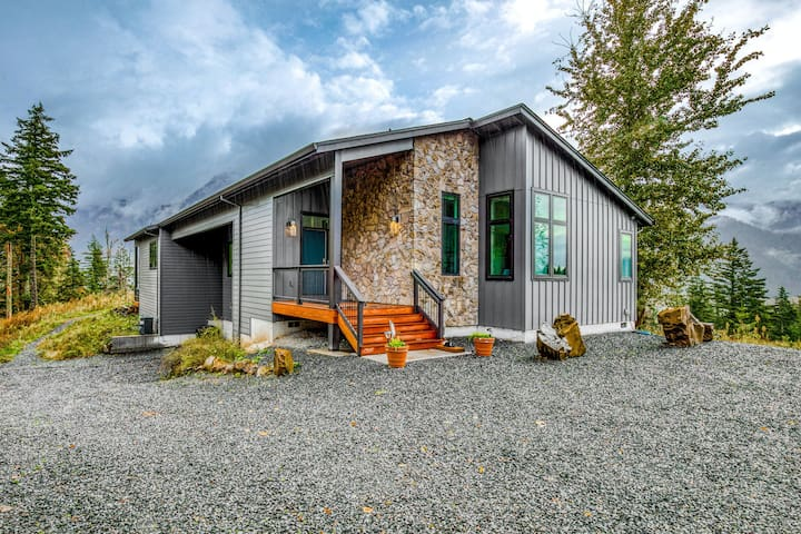 New listing! Chic and stunning dog-friendly home w/ private hot tub & firepit!