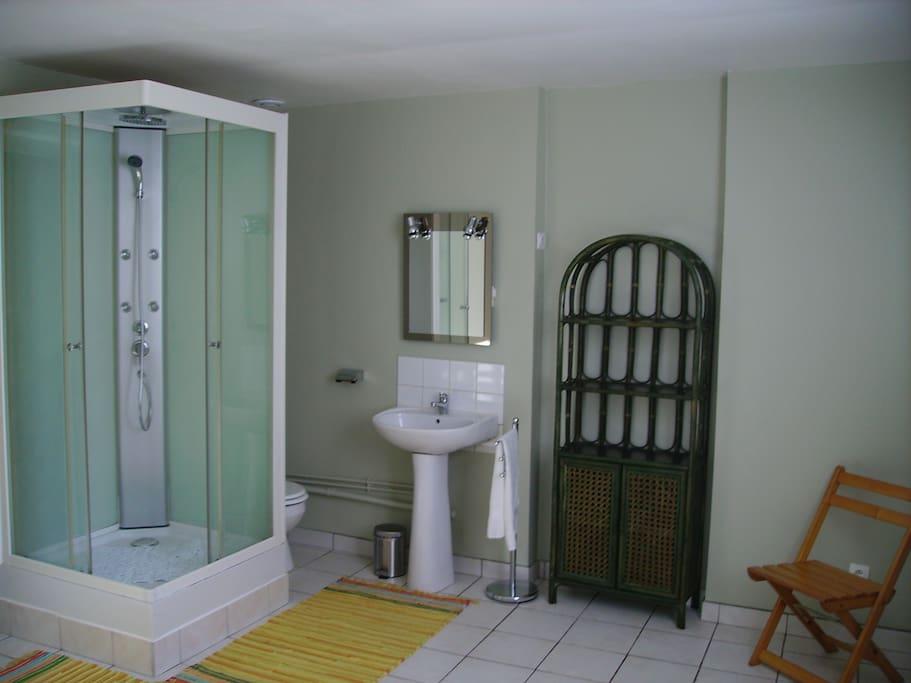 Grande salle de bain très  lumineuse.