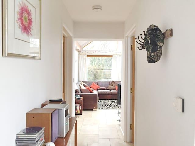 Beautiful King-size En-suite Bedroom - West Ashton - Huis