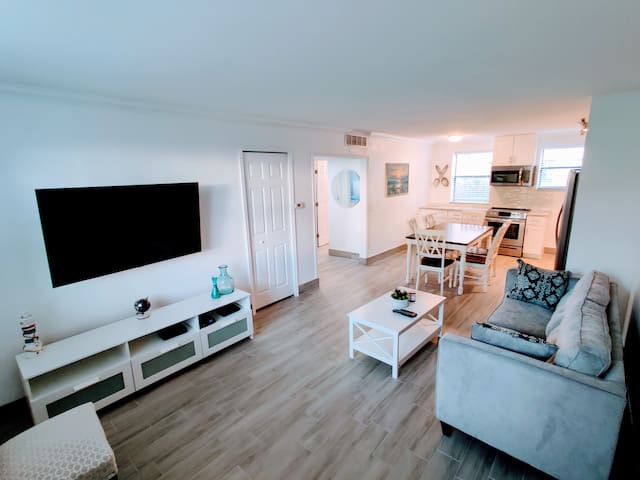 Remodeled 2 bdm in paradise, Steps to Beach/Pool