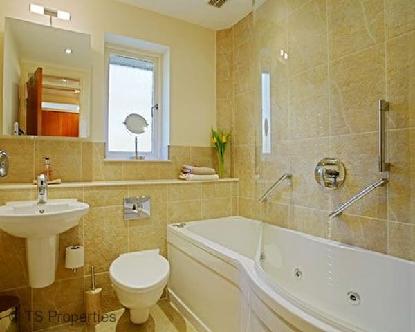 Gleneagles Cottage - Bathroom with spa bath