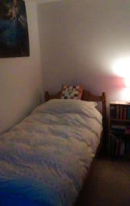 Sunny, single room in Cheltenham - Shurdington - 公寓