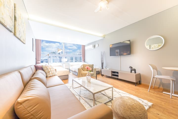 B. Large room for group next to Gangnam Station