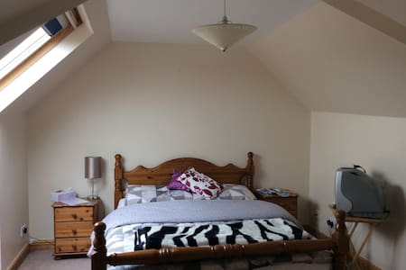 Loft bedroom with en suite. - Bridgend