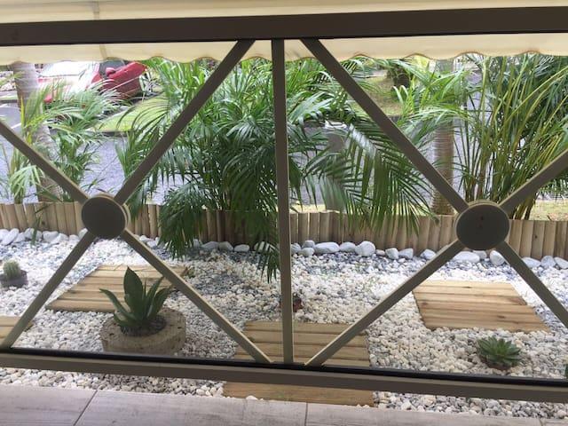 Petit jardin zen - Vue du hamac et du salon extérieur