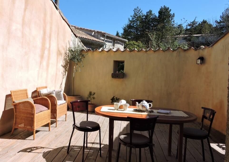 Terrasse tropézienne, intimité, bois, soleil
