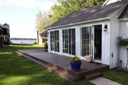 NOW BOOKING - Small cottage on Lake Macatawa!