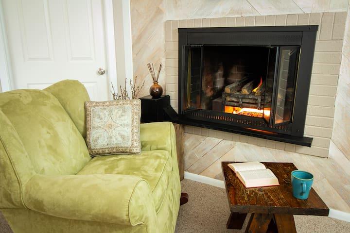 Sunnyslope Retreat - Private Entrance & Fireplace