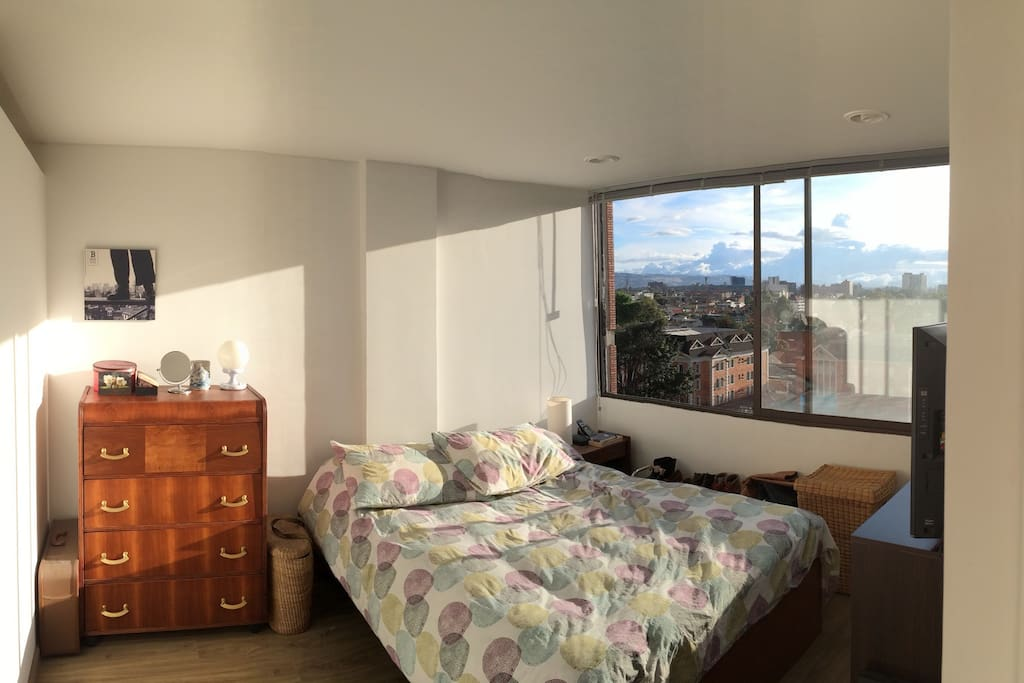 Main bedroom with a view towards West Bogota // Alcoba principal con vista al occidente.