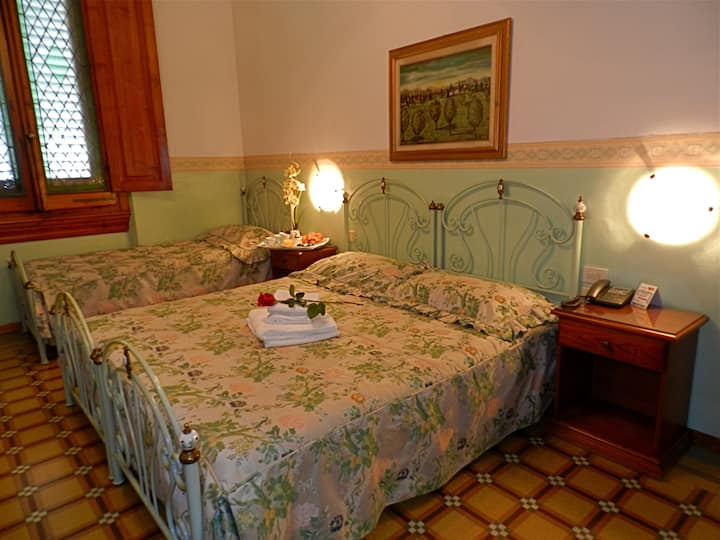 Triple Room Liberty Style and private bathroom with Breakfast Buffet and Free Wi-Fi