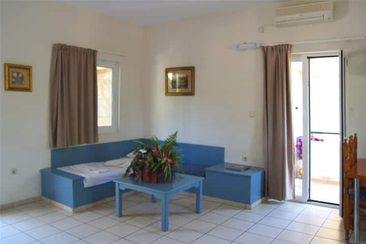 Apartment for 5 persons, with swimming pool, near the beach