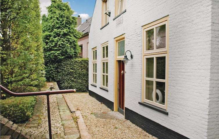Holiday cottage with 5 bedrooms on 300 m² in Wijk en Aalburg
