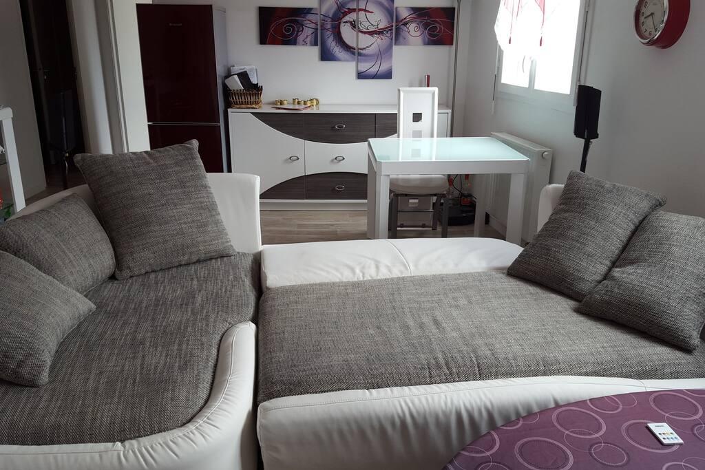 canapé en mode lit, très large