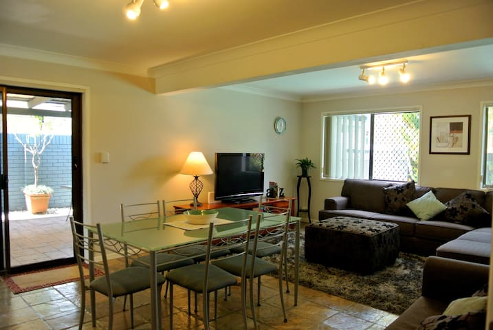 Comfy and cozy 2 bedroom apartment - Eight Mile Plains - House
