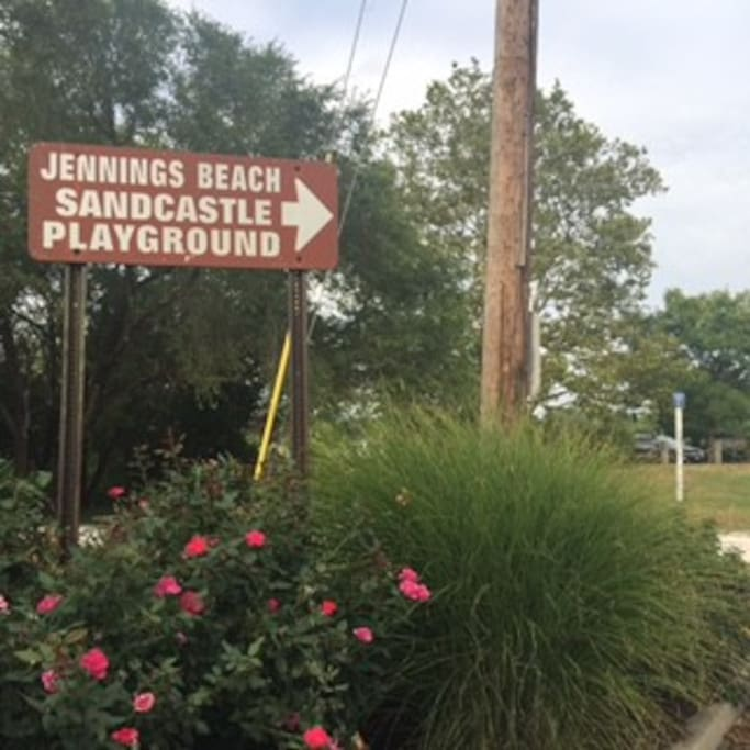 5 min only to Jennings Beach, which  offers visitors a large sandy beach with great view of Long Island Sound in a SAFE and nice area of Fairfield Town!